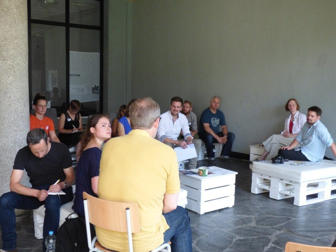 Projektinitiator Andreas Dahlke im Gespräch mit Kreativschaffenden zu Haus 34.