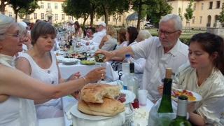 1. Dinner in Weiß auf historischem Areal.