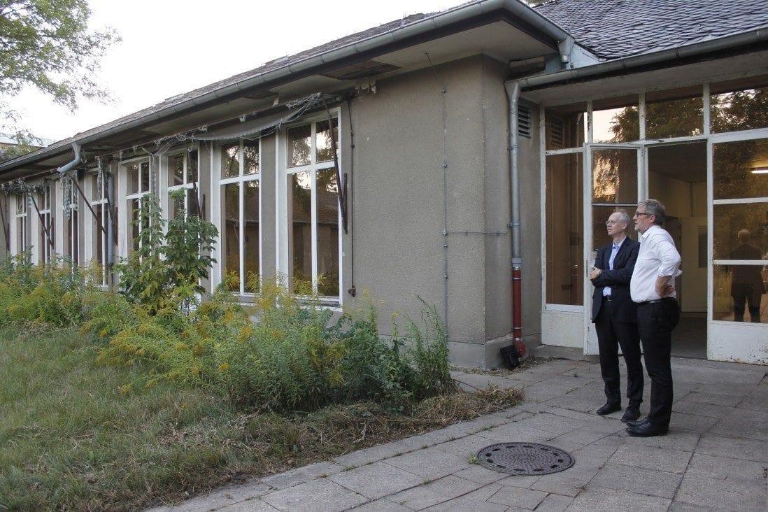 Bezirksbürgermeister Köhne und Andreas Dahlke im Innenhof von Haus 34